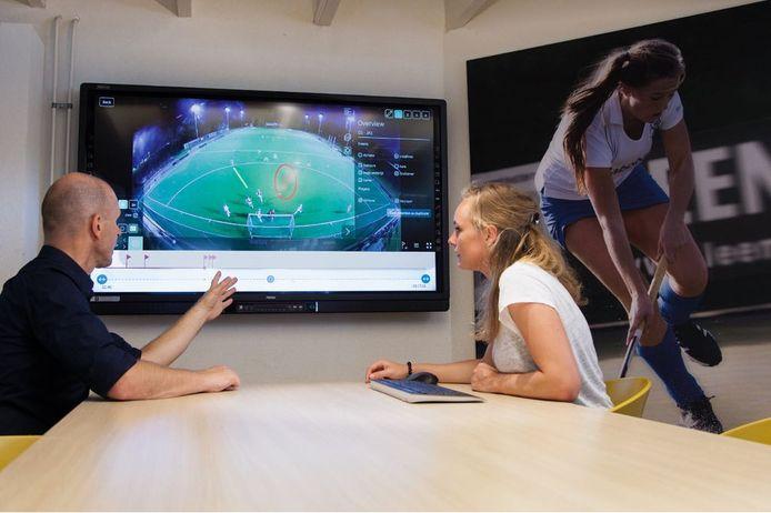 De beelden worden ook gebruikt voor analyse. Hier bespreekt een coach de beelden met een speelster.