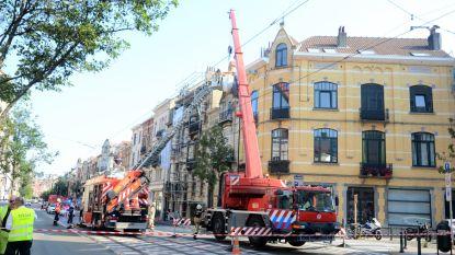 Voorgevel dondert deels naar beneden: twee geparkeerde wagens beschadigd