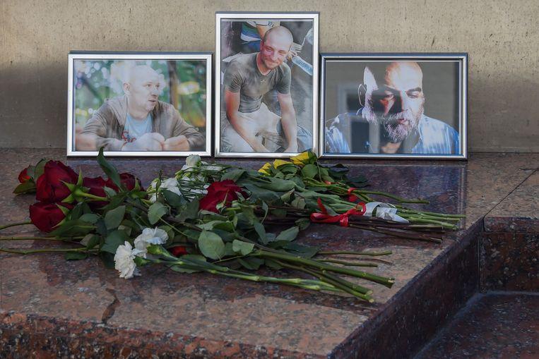 Een eerbetoon aan de drie vermoorde journalisten voor het Huis voor Journalisten in Moskou. Beeld AFP