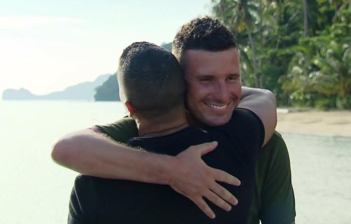 Jeffrey en Maurice omhelsen elkaar