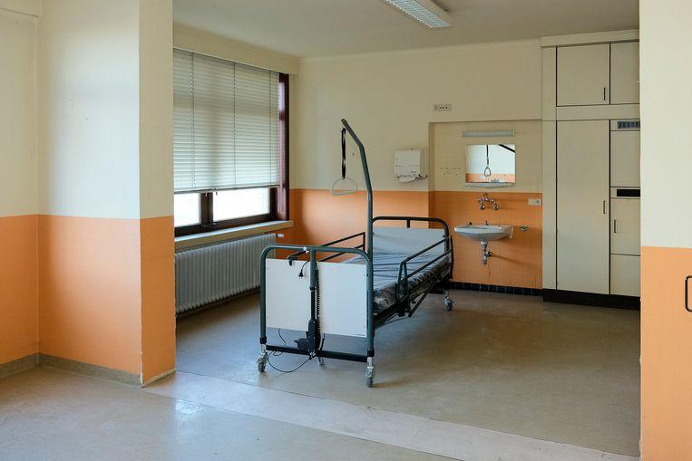 oud gebouw omgevormd tot veldhospitaal: één van de kamers