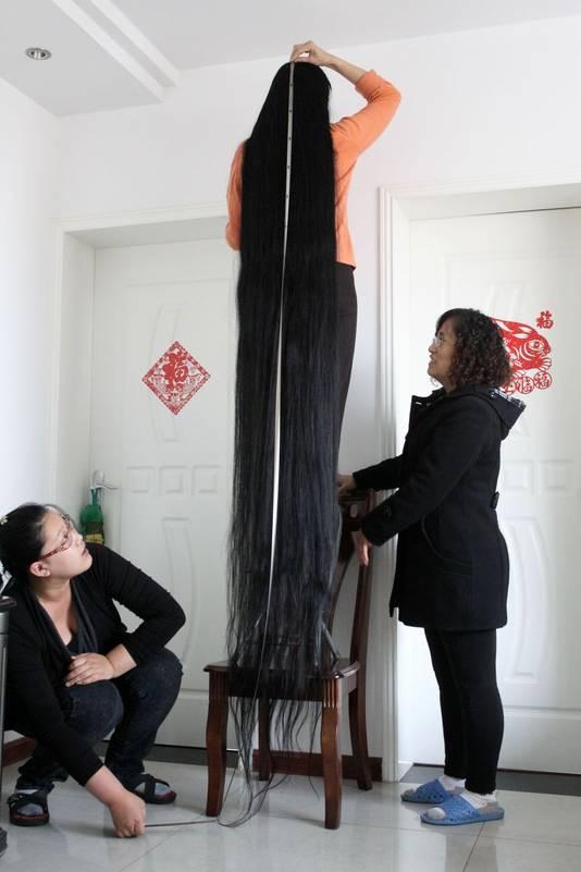 vrouw met meter lang haar meldt zich voor record bizar. Black Bedroom Furniture Sets. Home Design Ideas