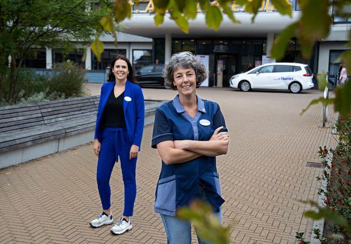 Eline Boumann (l) en Ingrid van den Boomen, met op de achtergrond de ingang van het St. Anna Ziekenhuis in Geldrop.
