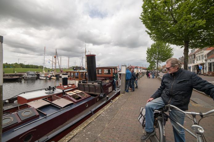 De boten trekken ook de belangstelling van de plaatselijke bevolking.