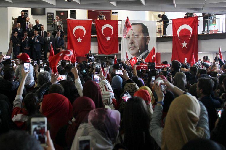 Een poster van Erdogan op een campagnebijeenkomst Beeld ap