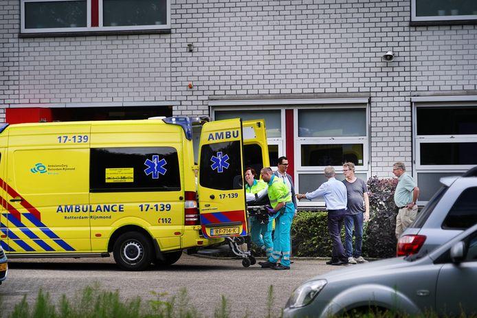 Hulpverleners brengen het slachtoffer van een steekpartij tussen jongeren bij het Wartburg College in de Rotterdamse wijk Zevenkamp naar het ziekenhuis, vorig jaar juni.