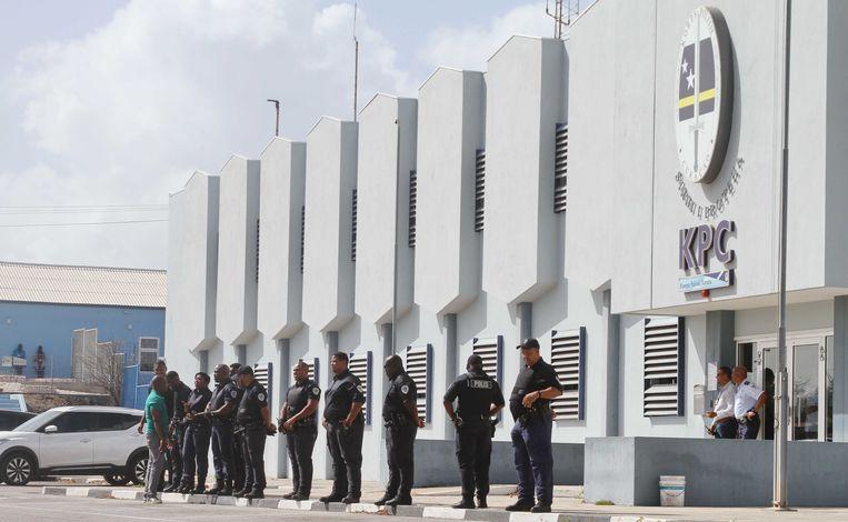 Agenten houden toezicht op betogers die zich hebben verzameld bij het bureau van het Korps Politie Curaçao, waar een van de actievoerders wordt vastgehouden.  Beeld Prince Victor / ANP