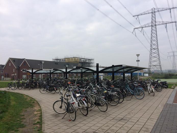 De fietsenstalling bij station Baanhoek is te klein voor alle fietsen.