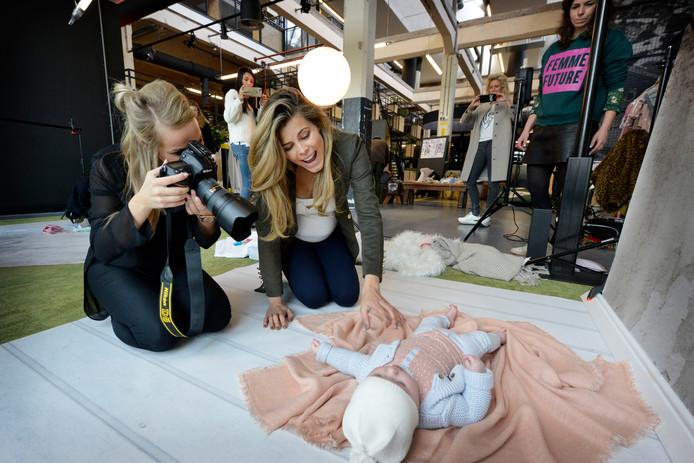 Kim Kötter heeft fotoshoot voor haar nieuwe babylijn met fotografe Lisette Lubbers.