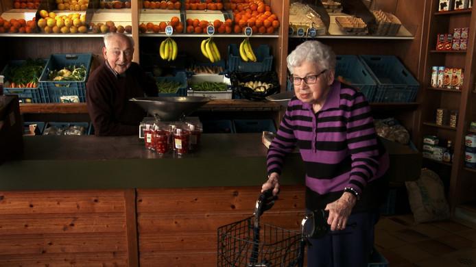 Scène uit de film 'Van verlies kun je niet betalen', met groenteboer Adrie Trimpe en zijn vrouw Francien.