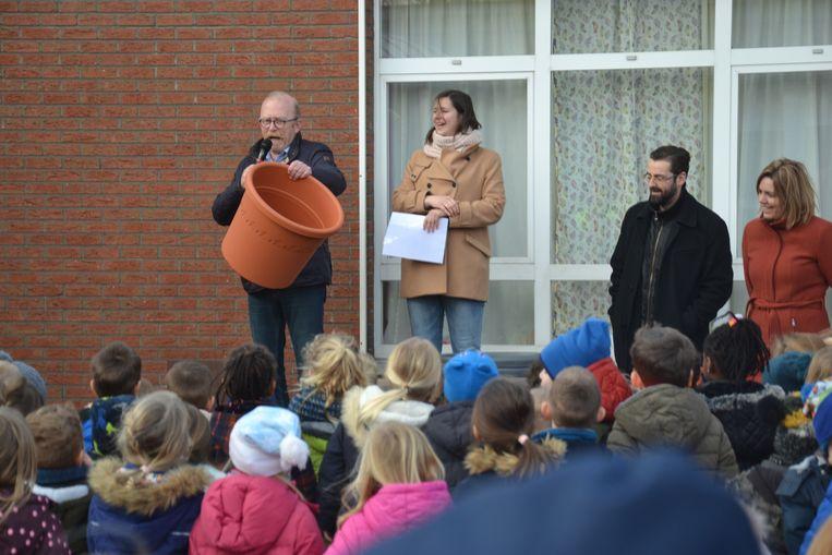 De burgemeester en schepen Liesbeth Bardyn kwam de vrije basisschool Sint-Calasanz zes bloempotten schenken. V.l.n.r: burgemeester Rik Frans, schepen Liesbeth Bardyn, directeur Pieter De Beenhouwer en directrice Ann Jonckheere.