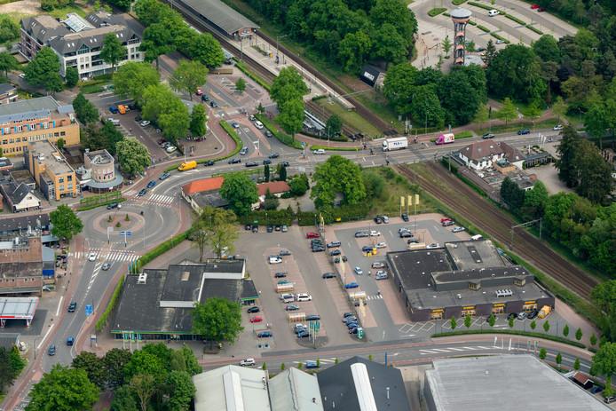 Linksonder supermarkt Emté in Nunspeet. Het pand en de omliggende gronden worden overgenomen door de gemeente.
