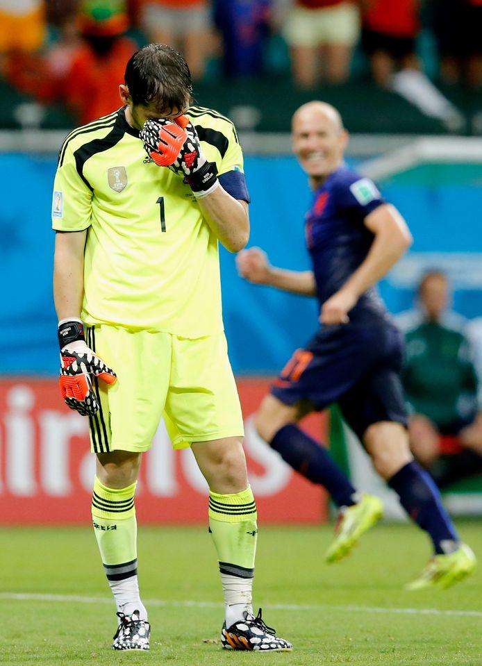 2014: Arjen Robben haalt vier jaar later, bij het WK in Brazilië, zijn gram op Iker Casillas.