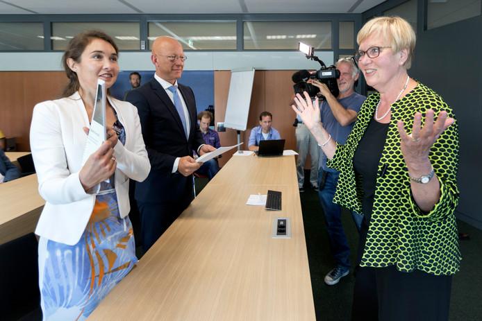 Gedeputeerde Anne-Marie Spierings, burgemeester Maarten Houben van Nuenen en commissievoorzitter Letty Demmers (vlnr) bij de presentatie van het rapport over de toekomst van Nuenen.
