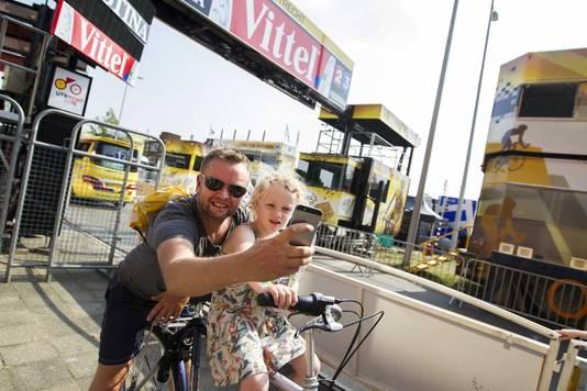 Voorbijgangers maken een selfie bij de finish op het Jaarbeursplein.
