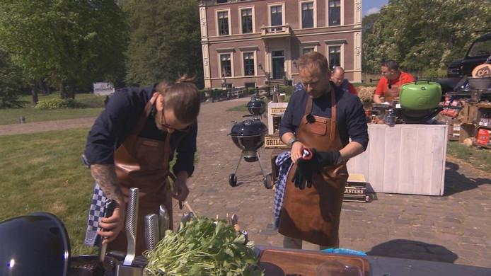 Het barbecueduo aan het barbecueën tijdens de opnames. foto RTL Nederland