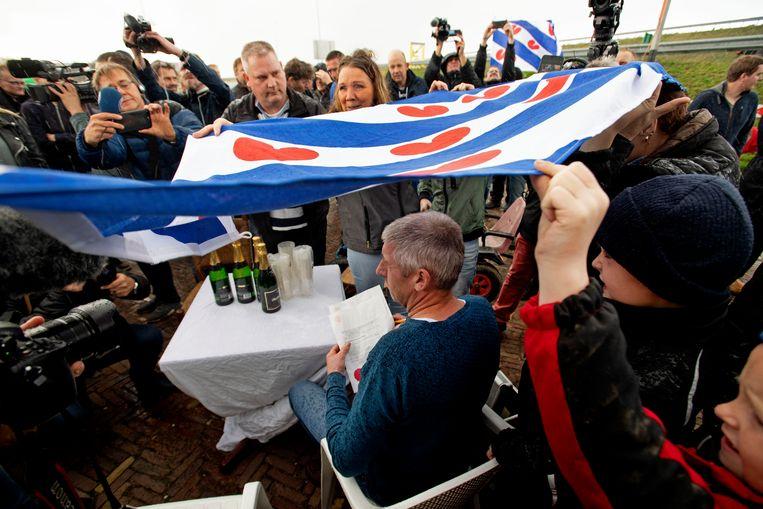 Boeren uit Noord-Holland en Friesland ontmoeten elkaar halverwege de Afsluitdijk.  Beeld Hollandse Hoogte / ANP