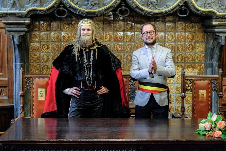 De 'King of Avatar Country' en de burgemeester van Kortrijk, in de trouwzaal van het historisch stadhuis.