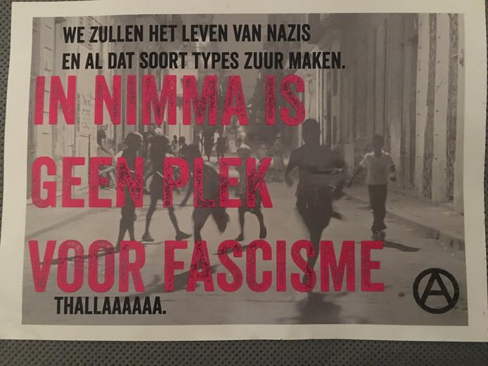 Een van de stickers die werden achtergelaten.
