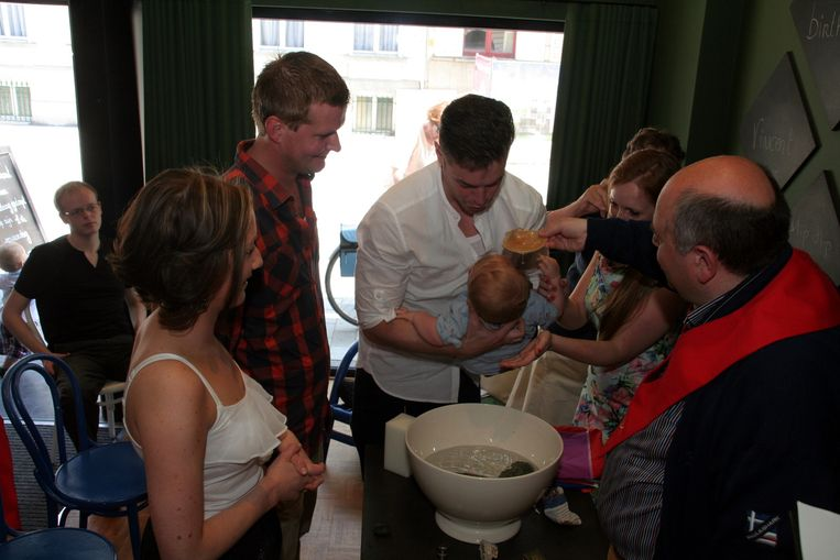 De kleine Vincent wordt boven de doopvont gehouden in de soepbar.