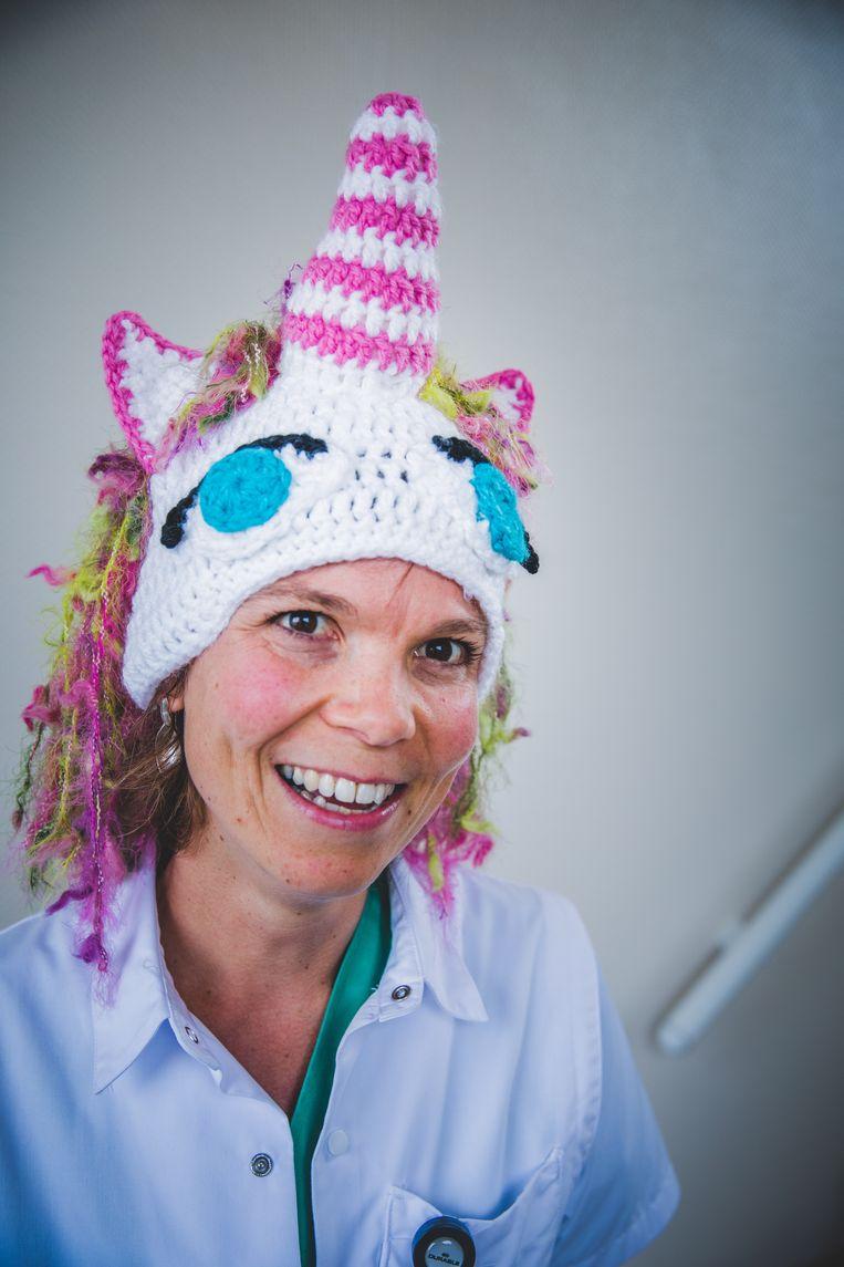 Anesthesiste Birgitte draait haar hand niet om voor een eenhoorn, 'Calimero', koala of konijn - al koos ze voor zichzelf een kikkermuts.