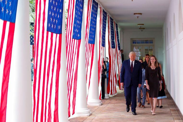 Donald Trump  en Amy Coney Barrett (rechts) voorafgaand aan haar nominatie. Beeld EPA