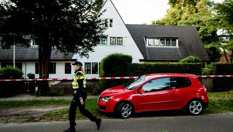 Een agent bij het huis van Koen Everink voorafgaand aan de reconstructie van de moord op de zakenman Beeld anp