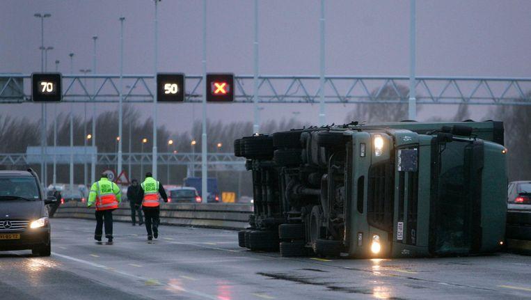 Een door de storm gekantelde vrachtwagen afgelopen donderdag Beeld anp