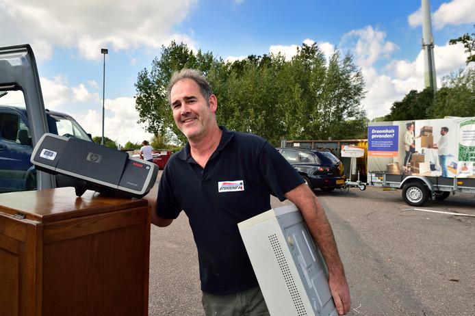 Michiel Stokking uit Gouda brengt een oude printer naar het afvalbrengstation in zijn woonplaats. ,,Een nieuwe printer is goedkoper dan het vervangen van de vulling van de oude printer.''