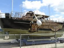 Uitgebrande motorboot rijp voor de sloop