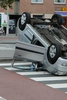 Auto belandt ondersteboven op zebrapad Escamplaan