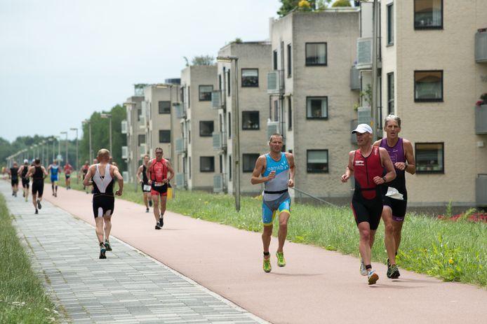 De triathleten komen dit jaar niet door de straten van Zeewolde.