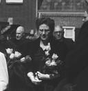 Henriëtte van Oppenraaij in 1948 bij het afscheid in Schijndel van haar vader en huisarts Henk van Oppenraaij.