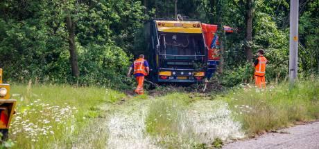 Vrachtwagen schiet bosjes in naast A28