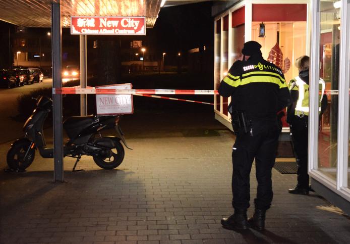 De politie bij het afhaalcentrum in Doetinchem na de overval.