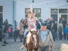 Vianezen genieten op hun vrije dag van de Paardenmarkt