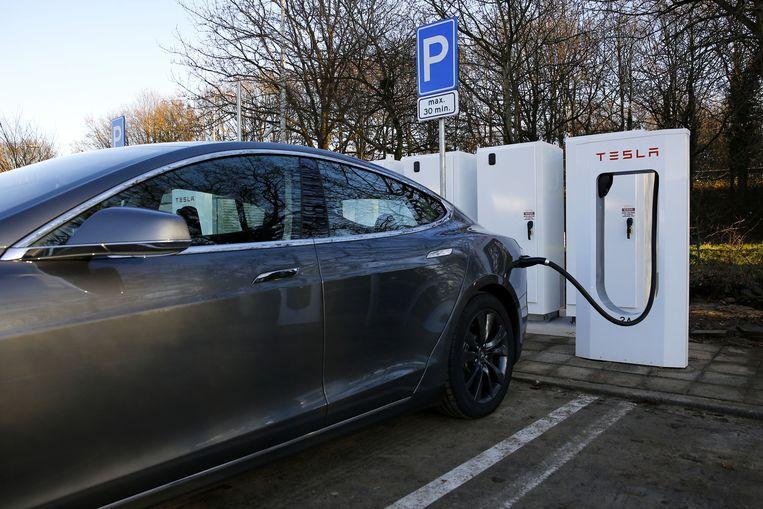 Een Tesla Model S. staat bij een supercharge oplaadpunt. Het model van Tesla is de tweede auto van de elektrische Amerikaanse autobouwer Tesla Motors. Beeld anp