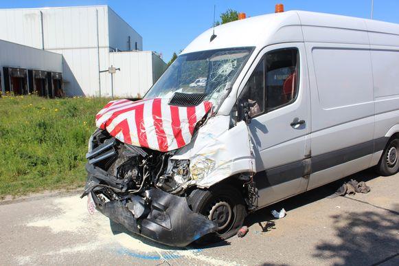 De bestuurders van beide bestelwagens liepen bij de klap verwondingen op