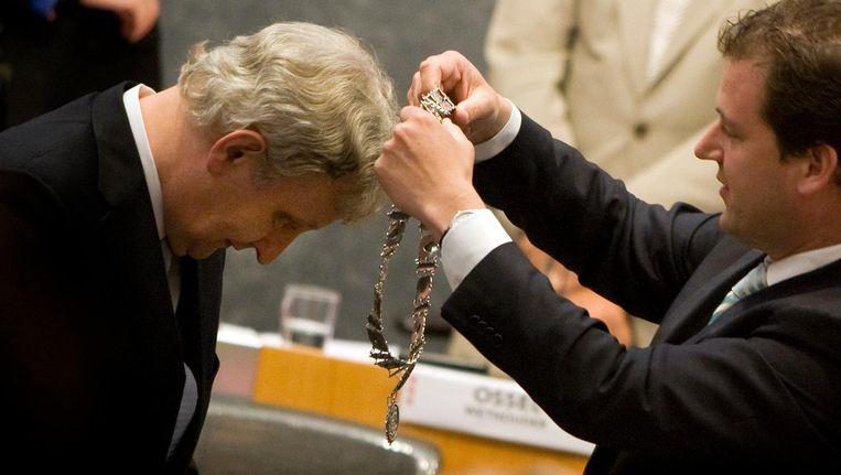 Eberhard van der Laan (L) krijgt in juli 2010 de ambtsketting omgehangen door toenmalig plaatsvervangend burgemeester Lodewijk Asscher (R). Beeld ANP