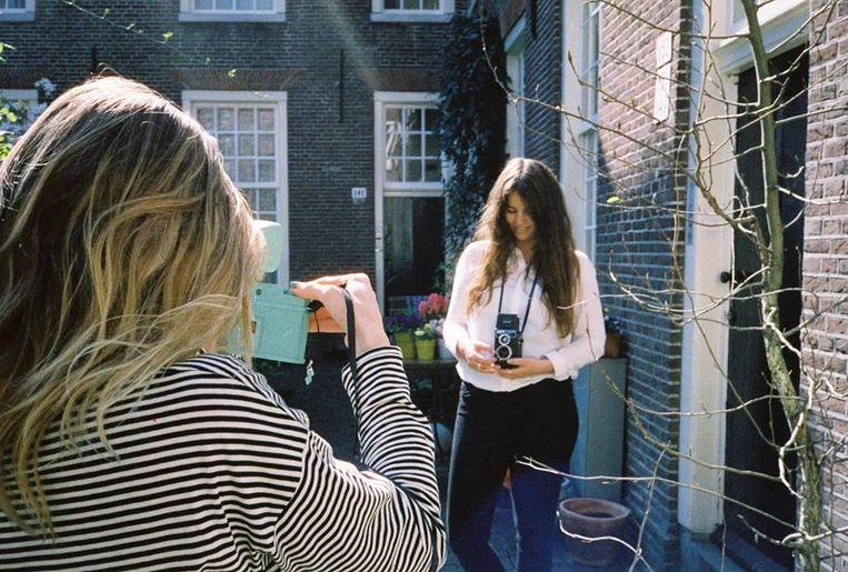 De dames van Lomography Benelux verzorgen de workshop. Beeld @onahazymorning