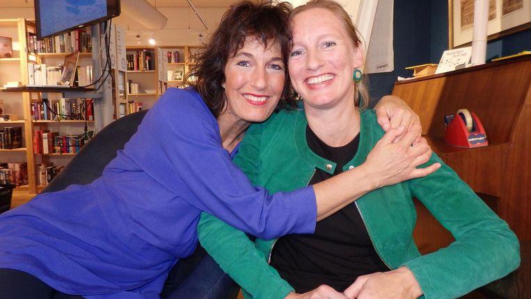 Professioneel improvisator Anja Sophie Boorsma en auteur Monique Juffermans (l): 'Supervet. Het lijkt grappig, maar als je goed kijkt, is het waanzinnig goed bedacht' Beeld Schuim