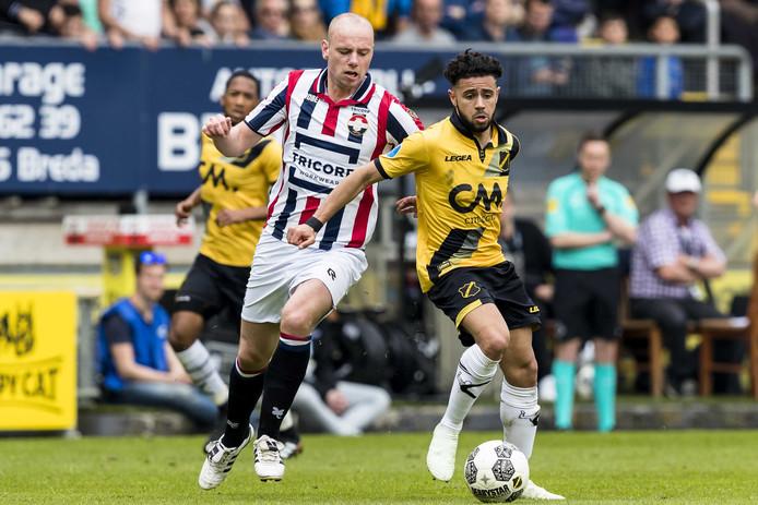 Elmo Lieftink probeert de bal te ontfutselen van Paolo Fernandes.