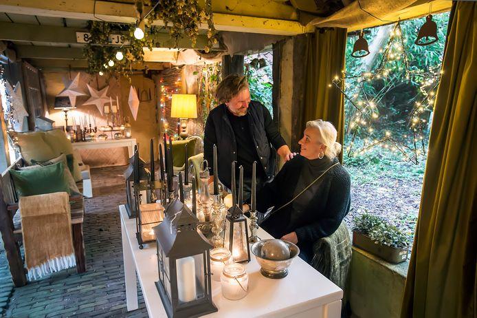 Small Warehouse van Petra Ouborg (met naast haar Adrie van der Made) op de Ginnekenmarkt heeft de tuin(huisjes) alvast in kerststemming gebracht.