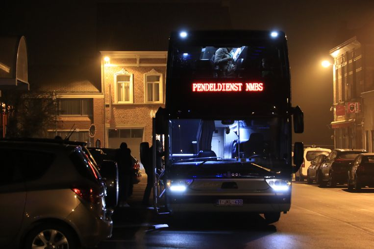 De passagiers konden na een drietal kwartier overstappen op een pendelbus.