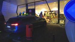 Auto rijdt shop binnen aan tankstation E40: één dode en twee zwaargewonden