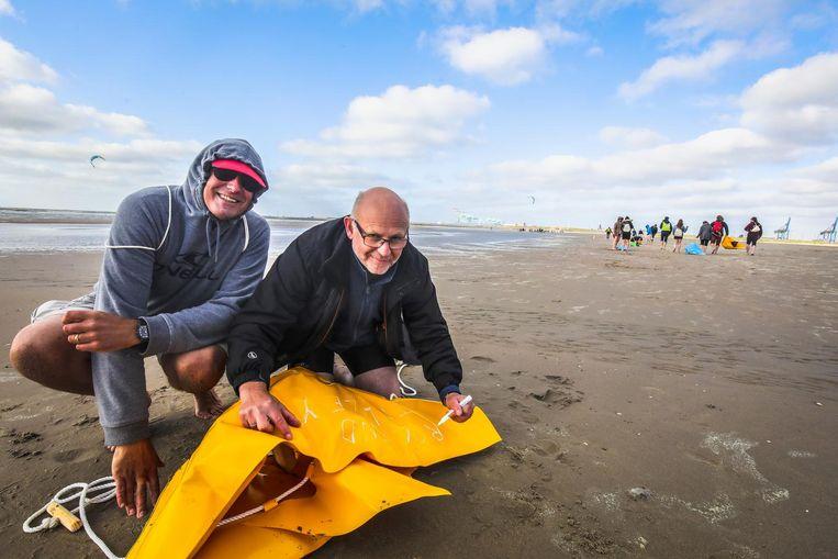 Twee vrijwilligers met hun bootje.
