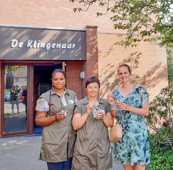 Burgemeester Maaike De Rudder, met ijsjes voor het gemeentepersoneel op de warmste dag.