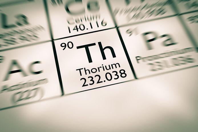 Thorium is een zacht en licht radioactief metaal, vernoemd naar de Noorse god van de donder.