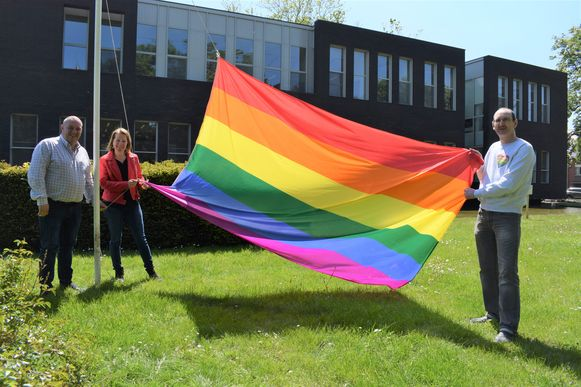 De regenboogvlag wappert aan het gemeentehuis.