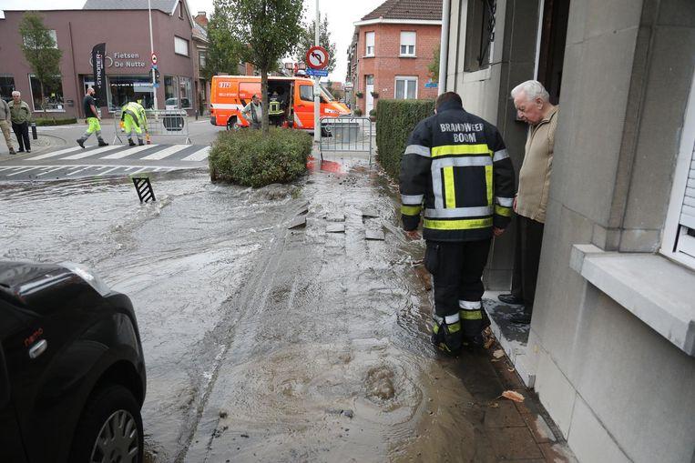De brandweer bekijkt de situatie bij een bewoner vlak bij het lek.